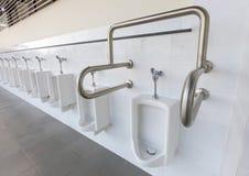 Toilette pubblica degli uomini con amichevole per la gente con l'inabilità immagini stock libere da diritti