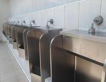 Toilette pubblica degli uomini, fuori toilette pubblica degli uomini degli orinali della porta Fotografia Stock