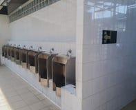 Toilette pubblica degli uomini, fuori toilette pubblica degli uomini degli orinali della porta Immagini Stock Libere da Diritti