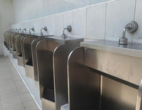 Toilette pubblica degli uomini, fuori toilette pubblica degli uomini degli orinali della porta Fotografia Stock Libera da Diritti