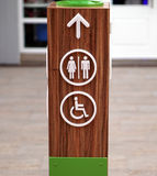 Toilette pubblica e segni disabili di accesso Immagini Stock