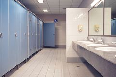 Toilette pubblica ed interno del bagno con il lavabo e la toilette r fotografie stock