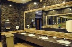 Toilette publique d'hôtel de luxe Photos libres de droits