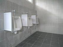 Toilette publique d'hommes d'urinoirs Photo stock