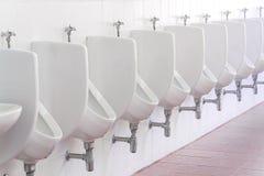 Toilette publique d'hommes en céramique blancs d'urinoirs Photos libres de droits