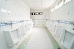 Toilette publique d'hommes d'urinoirs Images stock