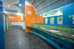 Toilette publique de couleur lumineuse sur la station service en Asie Images stock