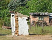 Toilette ruinée construisant dehors Images stock