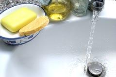 Toilette/Waschraum, Seife und Wasser Lizenzfreie Stockbilder