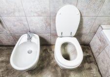 Toilette y bidé sobre vista imagen de archivo libre de regalías