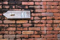 Toiletteken op brickwall Royalty-vrije Stock Foto's