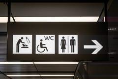 Toilettekens en pictogrammen binnen bij luchthaven royalty-vrije stock afbeeldingen