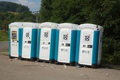 Toiletten bij een openbare gebeurtenis worden geïnstalleerd die Stock Fotografie