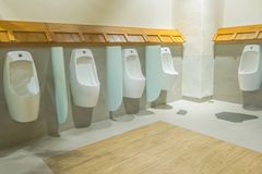 Toiletten in der Toilette lizenzfreies stockfoto