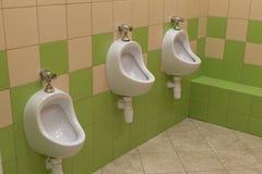Toiletten in einer öffentlichen Toilette für das unterschiedliche Wachstum stockfotos