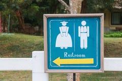 Toiletten-Zeichen mit dem Zeigen des Pfeiles Stockfoto
