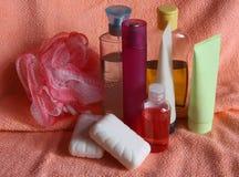 Toilettenartikel auf rosafarbenem Tuch Stockfotografie
