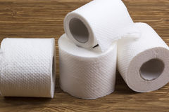 Toilettenpapier auf hölzernem Brett stockfotos