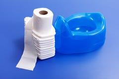 Toilettenpapier, Windeln und blaues potty Lizenzfreies Stockfoto