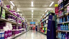 Toilettenpapierkorridor in der Abwehr auf Nahrungsmitteln stock footage