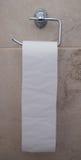 Toilettenpapierrolle, die an der Wand hängt Stockfoto