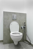 Toilettenschüssel im Badezimmerinnenraum Stockfotos