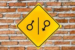 Toilettenzeichen auf Backsteinmauer stockbild