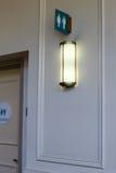 Toilettenzeichen weiblich und Mann und Licht Stockfotos
