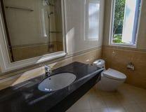 Toilettes à l'hôtel de luxe dans Dalat, Vietnam photo stock
