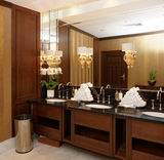 Toilettes dans l'hôtel ou le restaurant photos stock
