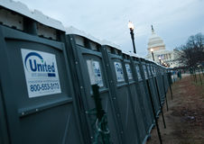 Toilettes portatives devant la construction de capitol des États-Unis Photos libres de droits