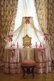 Toilettes pour dames dans le style rose du palais grand de Menshikov dans le jardin inférieur Oranienbaum images stock