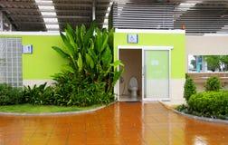 Toilettes pour l'handicap. Image libre de droits