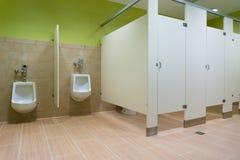 Toilettes publiques avec des urinoirs Images libres de droits
