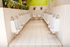 Toilettes publiques d'urinoirs blancs de porcelaine Image libre de droits
