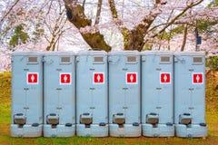 Toilettes publiques préparées pour le touriste au cours de la période de fleurs de cerisier de pleine floraison en parc de Hirosa photos stock