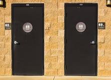 Toilettes unisexes au parc local Image libre de droits