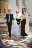 Toilettez et la jeune mariée dans l'église pendant la cérémonie de mariage Images stock