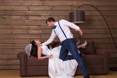 Toilettez l'essai d'obstruer la jeune mariée dans la robe blanche images stock