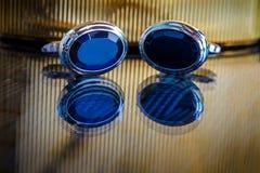 Toilettez les boutons bleus du ` s sur la surface réfléchie brillante Photos libres de droits