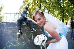 Toilettez se reposer sur le bord et tenir sa main de jeune mariée sur le CCB Images stock