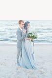 Toilettez tenir la jeune mariée dans le voile par la mer Photo libre de droits