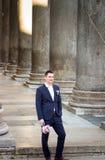 Toilettez tenir le bouquet de jeune mariée devant le Panthéon, Rome, Ital Photographie stock libre de droits
