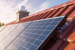 Toit avec le panneau solaire - photovoltaïque photo stock