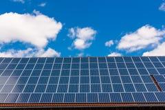 Toit avec les panneaux solaires Photo libre de droits
