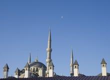 Toit bleu de mosquée avec la lune et un ciel clair photo libre de droits