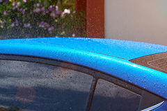 Toit bleu humide de voiture Photographie stock