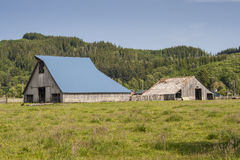 Toit bleu sur la grange Images libres de droits