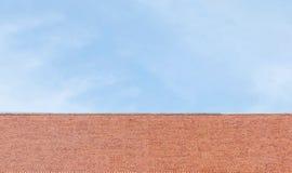 Toit brun de plan rapproché de temple sur le fond de ciel bleu Photos stock
