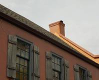 Toit colonial orange de Chambre avec des volets Image libre de droits